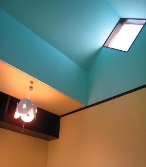 青空のような天井の子供部屋